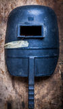 Máscara da soldadura na prancha de madeira Fotografia de Stock