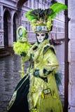 Máscara de Carneval en Venecia - traje veneciano Imagenes de archivo