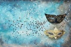 Máscara de dos carnavales y estrellas de plata en fondo colorido Visión superior, espacio de la copia fotos de archivo libres de regalías