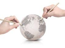 Máscara de duas mãos que tira o mapa de América na bola de papel Imagem de Stock Royalty Free