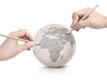 Máscara de duas mãos que tira o mapa de Europa na bola de papel Imagens de Stock Royalty Free