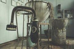 Máscara de gás contaminada da radiação em uma escola secundária abandonada na zona do central nuclear de Chernobyl da alienação Imagem de Stock Royalty Free