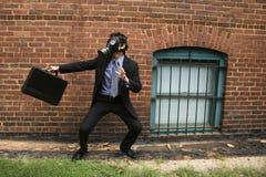 Máscara de gás desgastando do homem de negócios. imagens de stock