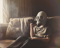 Máscara de gás vestindo do menino para o ar puro na casa Fotografia de Stock