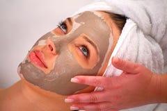 Máscara de la arcilla del balneario en la cara de una mujer Imagen de archivo