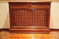 Máscara de madera de los muebles para el radiador Imagenes de archivo