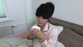 Máscara de olho da mulher e café vestindo das bebidas video estoque