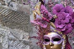 Máscara de oro con las flores y la mariposa rosada, el carnaval de Venecia Imágenes de archivo libres de regalías