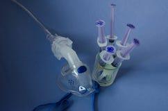 Máscara de oxígeno del bebé y el syring Fotos de archivo
