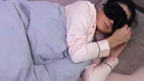 Máscara de sono e de fixação da mulher da venda do sono vídeos de arquivo