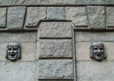 Máscara de teatro en una pared del granito Fotografía de archivo libre de regalías