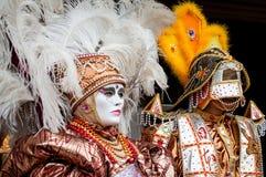 Máscara de Veneza do asteca da pena do ouro branco fotografia de stock royalty free