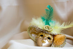 Máscara decorativa dourada diminuta com penas Fotos de Stock