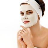 Máscara del balneario. Mujer en salón del balneario. Mascarilla. Clay Mask facial. Fotografía de archivo