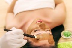 Máscara del balneario Mujer en salón del balneario Mascarilla Clay Mask facial Imagen de archivo