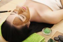 Máscara del balneario Mujer en salón del balneario Mascarilla Clay Mask facial Foto de archivo libre de regalías