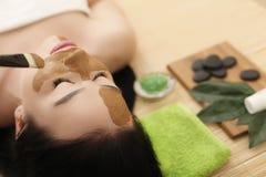 Máscara del balneario Mujer en salón del balneario Mascarilla Clay Mask facial Foto de archivo