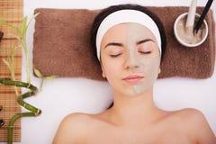Máscara del balneario Mujer en salón del balneario Mascarilla Clay Mask facial tratamiento Foto de archivo libre de regalías