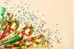 Máscara del carnaval, confeti, flámula Decoraciones de los días de fiesta Fotografía de archivo