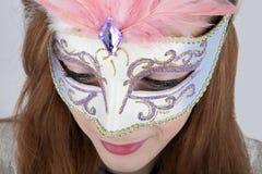 Máscara del carnaval del adolescente que lleva Foto de archivo libre de regalías