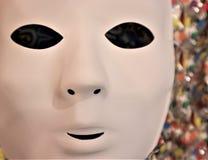 Máscara del carnaval en la malla coloreada foto de archivo
