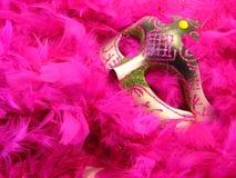 Máscara del carnaval sobre la bufanda de la boa de pluma Fotografía de archivo