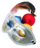Máscara del carnaval y bolas de la Navidad aisladas en el backgrou blanco Foto de archivo