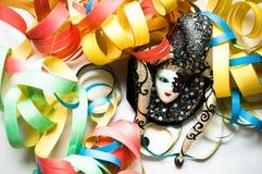 Máscara del carnaval y flámulas coloreadas Foto de archivo