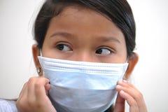 Máscara del desgaste de la muchacha Fotografía de archivo libre de regalías
