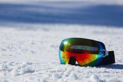 Máscara del esquí y de la snowboard en nieve imagenes de archivo