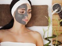 Máscara del fango del balneario Mujer en salón del balneario Mascarilla Clay Mask facial T Fotografía de archivo
