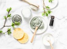 Máscara del fango del mar muerto - ingredientes de los productos de belleza en el fondo ligero, visión superior Concepto de la be fotografía de archivo
