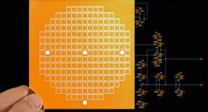 Máscara del microprocesador a disposición y diagrama esquemático del circuito Imagen de archivo