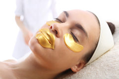 Máscara del oro, cuidado de piel alrededor de los ojos y boca, foto de archivo