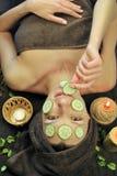 Máscara del pepino en cara Fotos de archivo libres de regalías