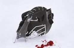 Máscara del portero del hockey sobre hielo - sangre Fotos de archivo