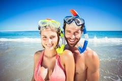 Máscara del salto de los pares que lleva en la playa Imágenes de archivo libres de regalías