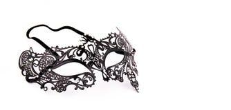 Máscara delicada preta do laço em um fundo branco Máscara preta do carnaval do metal Copie o espaço Imagens de Stock Royalty Free