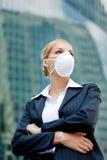 Máscara desgastando da mulher de negócios Fotografia de Stock Royalty Free