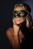 Máscara desgastando fêmea bonita Fotografia de Stock