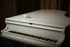 A máscara do vintage está em um piano branco foto de stock royalty free