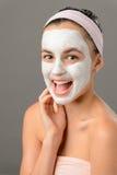 Máscara facial blanca sonriente de la muchacha de la belleza adolescente Imagen de archivo
