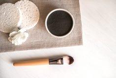 Máscara facial cosmética natural en cuenco de cerámica en el fondo blanco foto de archivo libre de regalías