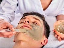 Máscara facial del fango de la mujer en salón del balneario Masaje de cara foto de archivo libre de regalías
