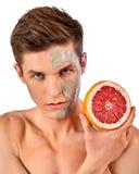 Máscara facial do homem dos frutos e da argila Lama da cara aplicada Imagens de Stock