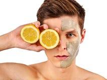 Máscara facial do homem dos frutos e da argila Lama da cara aplicada fotografia de stock