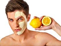 Máscara facial do homem dos frutos e da argila Lama da cara aplicada Fotos de Stock Royalty Free
