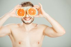 Máscara facial dos frutos frescos e da argila para o conceito do homem fotografia de stock royalty free