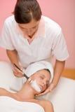 Máscara facial - mulher no salão de beleza de beleza Imagens de Stock Royalty Free