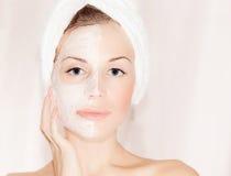 Máscara facial na face bonita Imagens de Stock